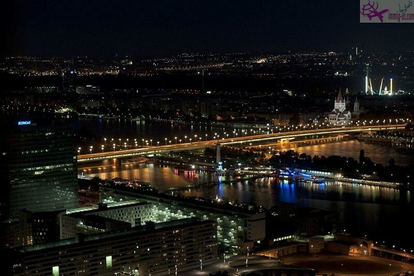 برج الدانوب فيينا ليلاً