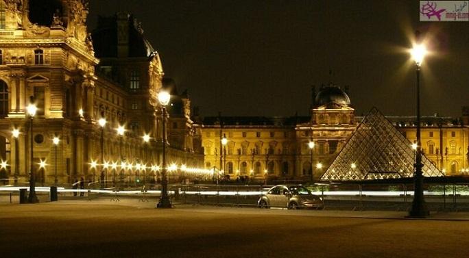 متحف اللوفر في الليل