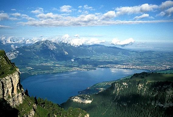 بحيرة ثون السويسرية