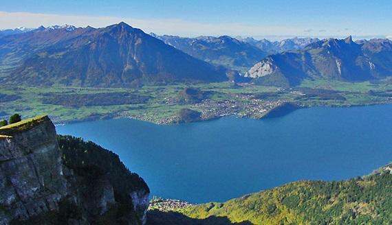 سحر الطبيعة في بحيرة ثون السويسرية