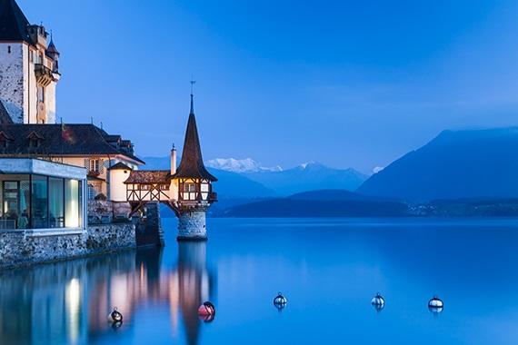 منظر ساحر لبحيرة ثون السويسرية