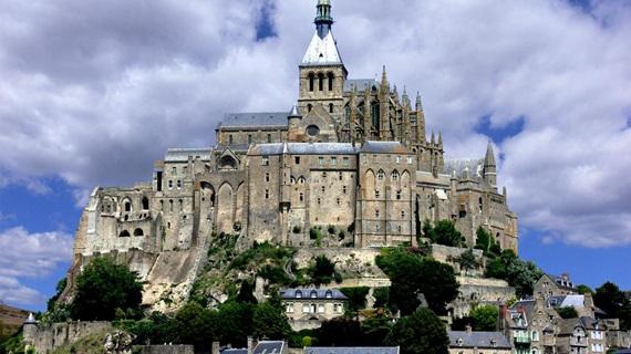 مشهد رائع لجبل القديس ميشيل في فرنسا
