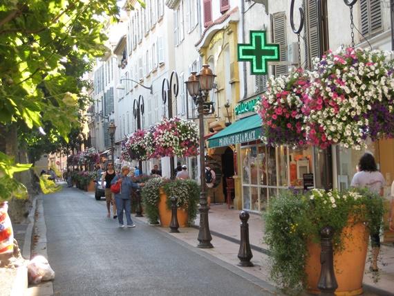 أحياء المدينة القديمة بمدينة آتنيب الفرنسية