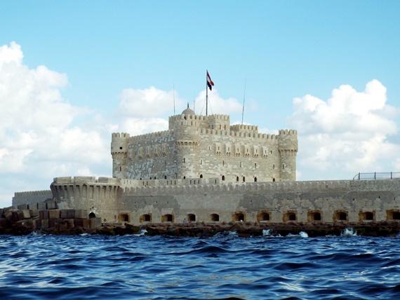قلعة قايتباى على جزيرة فاروس مطلة على ساحل البحر المتوسط بمدينة الأسكندرية
