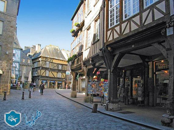 طرقات قرية دينان في فرنسا