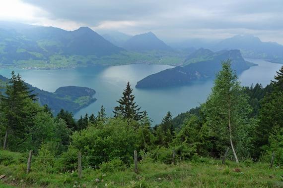 المساحات الخضراء على قمة جبل ريجي السويسرية