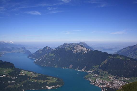 بحيرة لوسيرن التى يطل عليها جبل ريجي السويسرى