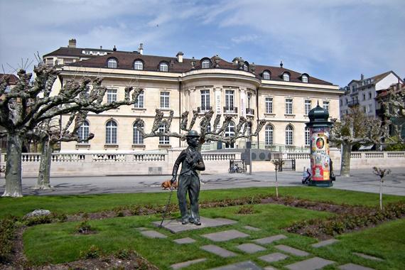 تمثال تشارلى تشابلن فى وسط ميادين فيفى السويسرية