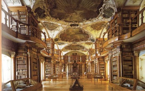 مطبوعات تعود الى القرن الثامن داخل مكتبة آبل بسانت جال