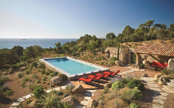 جزيرة كورسيكا فى وسط البحر المتوسط