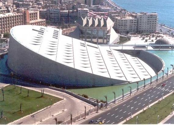 مكتبة الأسكندرية مطلة على البحر المتوسط