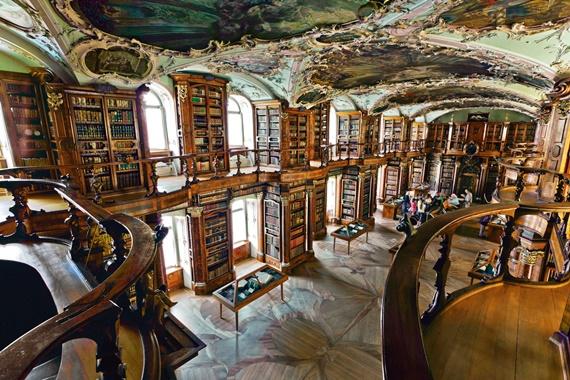الكتب المعروضة فى مكتبة آبى بسانت آجل