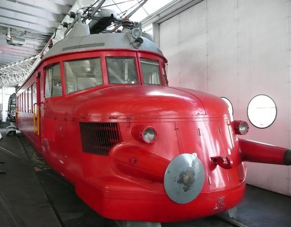 أحد العربات القديمة فى متحف النقل فى سويسرا