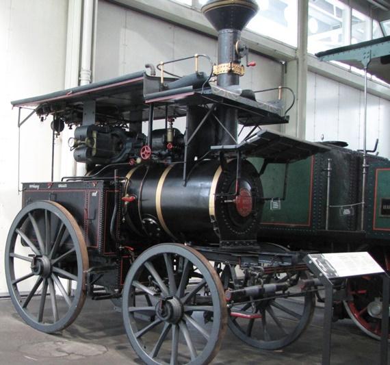 سيارة تعود الى أوائل القرن الماضي بمتحف النقل بسويسرا