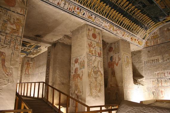 داخل مقابر نبلاء الأسرة الحديثة فى وادى الملوك