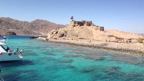 المياه الفيروزية التى تقع بها جزيرة فرعون