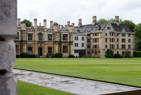 جامعة كامبريدج ببريطانيا