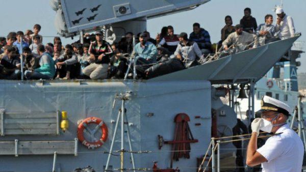 البحرية الإيطالية تنتشل سفينة غارقة قبالة ايطاليا