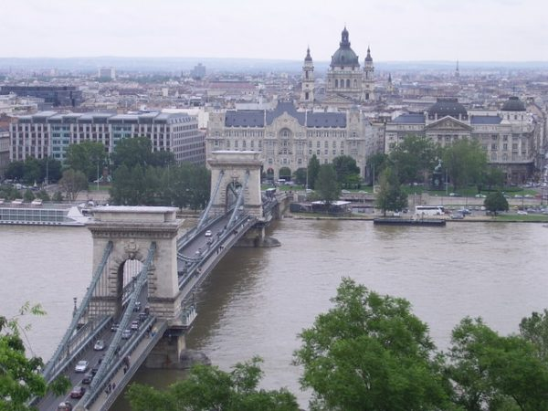هنغاريا تبني سياج على حدودها