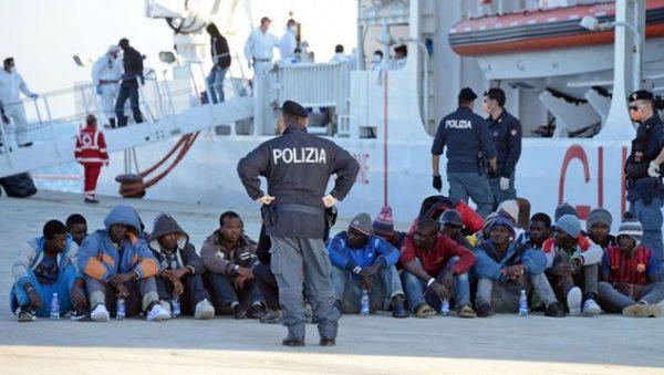 صورة انقاذ 2400 لاجئ من الغرق وانتشال 14 جثة من البحر
