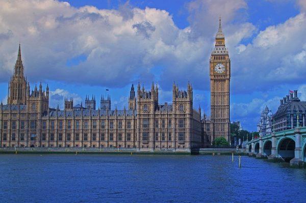بريطانيا تدعو فرنسا لحماية القاصرين