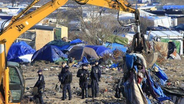 احراق مخيم كاليه من قبل المهاجرين أثناء اخلائه