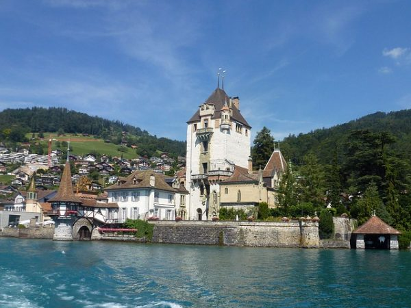 صورة بحيرة ثون في سويسرا : جولة ساحرة في بحيرة ثون السويسرية